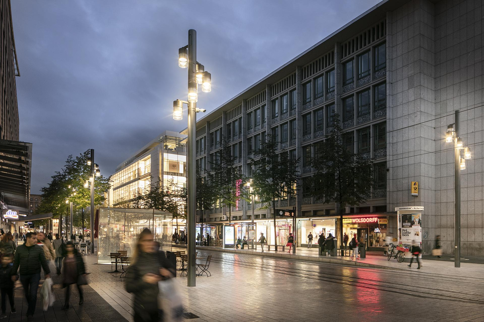 Schréder designed a customised luminaire to light the famous Planken shopping haven that reflects the city's character